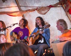 yoga festival terschelling camping de kooi yogavakantie yogaretreat vrijwilligers team karma mantra muziek zingen klanken